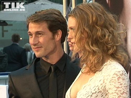 David Rott Mit Seiner Frau Elena Auf Dem Blauen Teppich Tikonline De