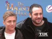 """Sascha von The BossHoss posiert mit Matthias Schweighöfer bei der Deutschland-Premiere von """"Das magische Haus"""""""