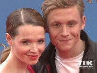 """Matthias Schweighöfer und Karoline Herfurth lächeln bei der Deutschland-Premiere von """"Das magische Haus"""" für die Fotografen"""