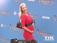 """Oksana Kolenitchenko posiert mit Babybauch bei der Deutschland-Premiere von """"Das magische Haus"""" für die Kameras"""
