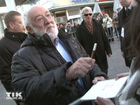"""Dieter Hallervorden erfüllte bei der """"Hotel Transsilvanien 2""""-Premiere viele Autogrammwünsche"""