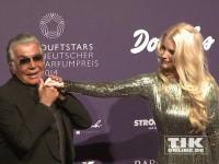 Roberto Cavalli gibt Mirja Du Mont bei den Duftstars 2014 einen Handkuss