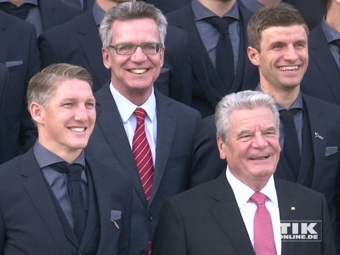Bundesinnenminister De Maiziere und Bundespräsident Gauck mit den Bayern-Profis Bastian Schweinsteiger und Thomas Müller