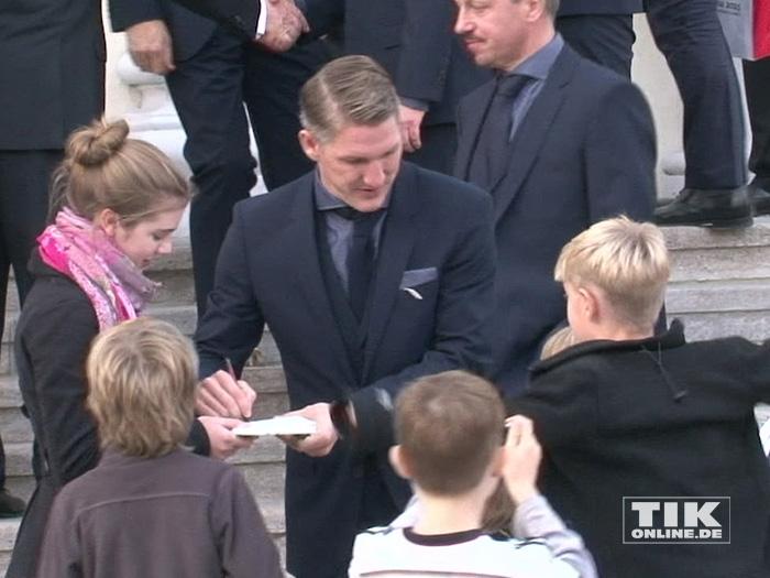 Bastian Schweinsteiger gibt Autogramme