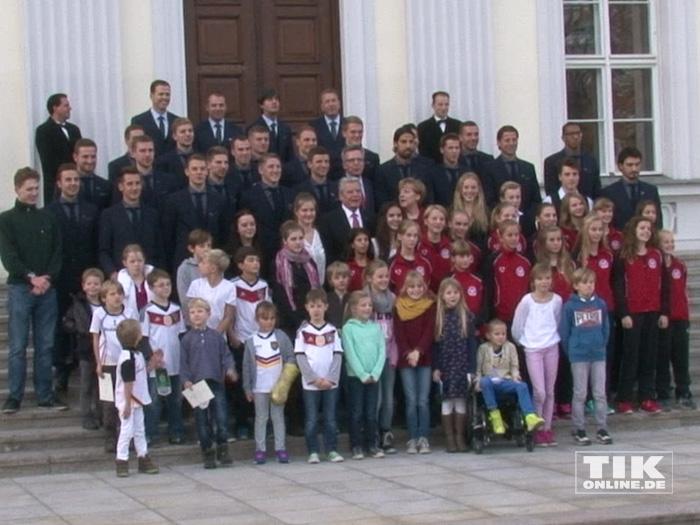 Die Weltmeister-Mannschaft mit kleinen Fans