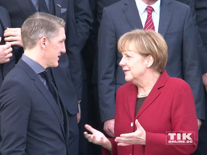 Bastian Schweinsteiger im Gespräch mit Angela Merkel