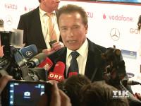 Umringt von den Fotografen gibt Arnold Schwarzenegger Interviews bei der Goldenen Kamera 2015