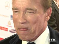 Arnold Schwarzenegger leckt sich die Lippen bei der Goldenen Kamera 2015