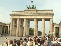 Unter den Blicken zahlreicher Schaulustiger, fuhr Queen Elizabeth II. mit ihrem Bentley durch das Brandenburger Tor