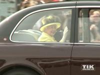 Queen Elizabeth II. winkte den Schaulustigen auf dem Pariser Platz in Berln aus ihrem Bentley heraus zu