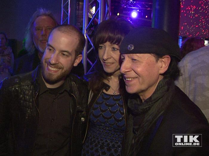 """Scorpions-Sänger Klaus Meine mit seinem Sohn Christian und seiner Ehefrau Gabi bei der Premiere von """"Forever And A Day"""" in Berlin"""
