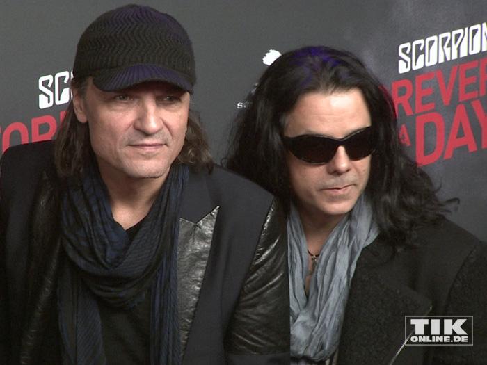 """Matthias Jabs und Paweł Mąciwoda von den Scorpions bei der Premiere von """"Forever And A Day"""" in Berlin"""