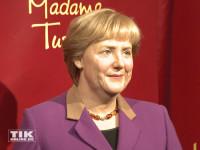 Drei Wachsfiguren von Angela Merkel auf einen Streich