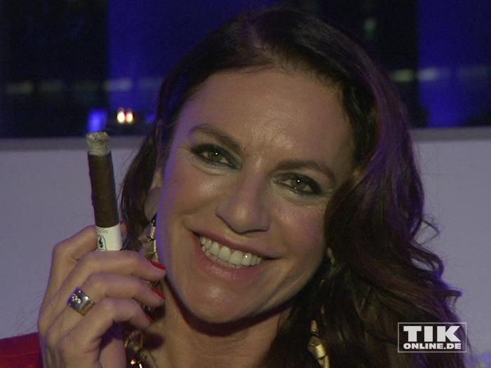 """Christine Neubauer pafft Zigarre auf der """"James Bond""""-Party der Luxusmarke S.T. Dupont"""