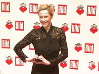 Bettina Wulff hat ein Herz für Kinder, wie sie mit ihrer Geste zeigt