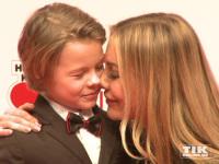 """Xenia Seeberg gibt ihrem Sohn Philip-Elias einen Nasenkuss bei """"Ein Herz für Kinder 2014"""""""