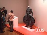 Die David Bowie Ausstellung in Berlin zeigt viele Original-Kostüme des Sängers