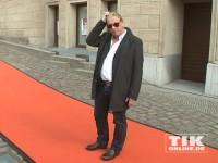 Ben Becker auf dem orangen Teppich der Eröffnung der David Bowie Ausstellung in Berlin