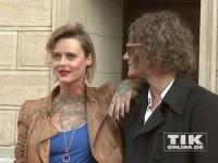 Jennifer Rostock-Sängerin Jennifer Weist und ihr Gitarrist Alex Voigt bei der Eröffnung der David Bowie Ausstellung in Berlin