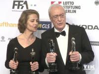 Charlotte Rampling und Michael Caine posieren stolz mit ihren Trophäen beim European Film Award EFA 2015 in Berlin