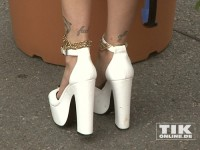 Bonnie Strange in Mega-High-Heels bei der Eröffnung der Sommer Fashion Week Berlin 2014