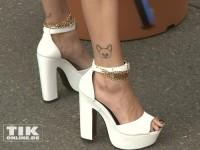 Bonnie Strange zeigt ihre Knöchel-Tattoos bei der Eröffnung der Sommer Fashion Week Berlin 2014