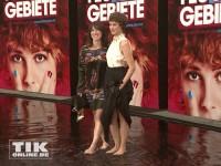"""Hauptdarstellrin Carla Juri und Autorin Charlotte Roche bei der """"Feuchtgebiete""""-Premiere in Berlin"""