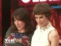 """Hauptdarstellrin Carla Juri und Autorin Charlotte Roche posieren bei der """"Feuchtgebiete""""-Premiere in Berlin"""