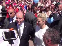 Fürstin Charlène und Fürst Albert umringt von ihren Untertanen