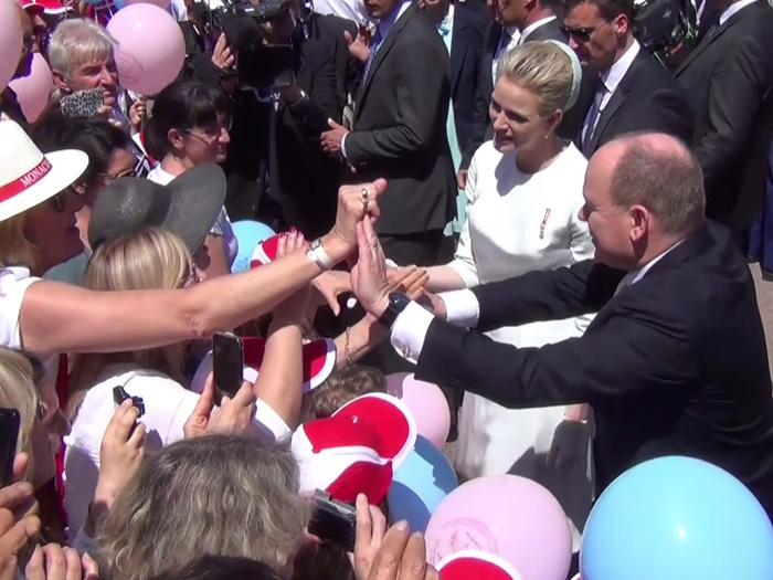 Fürstin Charlène und Fürst Albert schütteln fleißig Hände