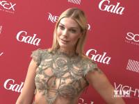 Model Annika Gassner im durchsichtigen Kleid beim Gala Fashion Brunch 2015