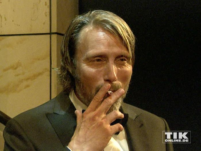 """Hollywood-Star Mads Mikkelsen gönnt sich bei den GQ """"Männer des Jahres"""" 2015 Awards eine Zigarette"""