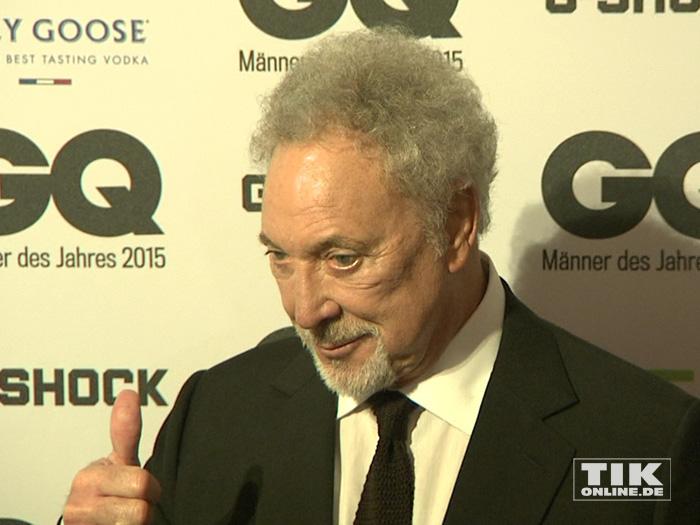 """Daumen hoch: Tom Jones gibt sein OK bei den GQ """"Männer des Jahres"""" 2015 Awards"""