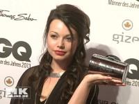 Cosma Shiva Hagen posiert mit Handtasche bei den GQ Männer des Jahres Awards 2013