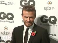 David Beckham posiert bei den GQ Männer des Jahres Awards 2013 für die Fotografen