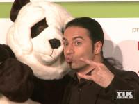 Bülent Ceylan posiert mit einem Plüsch-Panda beim GreenTec Award 2015