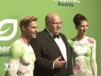 Peter Altmaier umringt von Bodypainting-Models beim GreenTec Award 2013