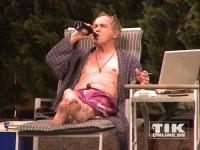 """Uwe Ochsenknecht mit Kippe, Bier und blanker Brust in einer Szene von """"Schlechter Rat"""""""