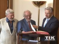 Hardy Krüger und Dieter Hallervorden tragen sich bei Klaus Wowereit und Goldene Buch der Stadt Berlin ein