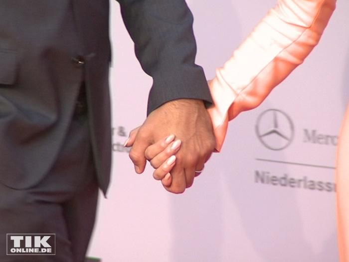 Diane Krugerund Joshua Jackson halten Händchen