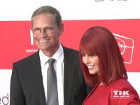 Berlins Regierender Bürgermeister Michael Müller posiert mit Miss IFA bei der IFA Opening Gala 2015 in Berlin