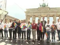 Jasmin Madeleine Weber gedenkt mit Aktivisten in einer Schweigeminute bei IDAHOT 2015 in Berlin den verfolgten Homo- und Transsexuellen auf der ganzen Welt