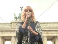 Jasmin Madeleine Weber bei ihrem Auftritt beim IDAHOT 2015 in Berlin vor dem Brandenburger Tor