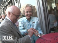 Isa Gräfin von Hardenberg schneidet mit Hans Erich Bilges die Torte an