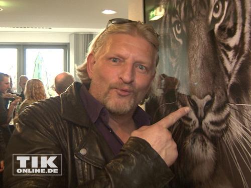 Frank Kessler staunt über ein Tiger-Foto