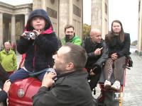 Cord Gross, Jürgen Vogel und einige Kinder mit Down-Syndrom werben vor dem Brandenburger Tor für mehr Akzeptanz für Menschen mit dieser Behinderung