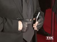 Karl Lagerfeldd Hände steckten in Netzt-Handschughen
