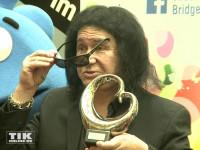 """KISS-Bassist Gene Simmons nahm bei der Verleihung des """"Blauen Herzens"""" sogar seine Sonnenbrille ab"""