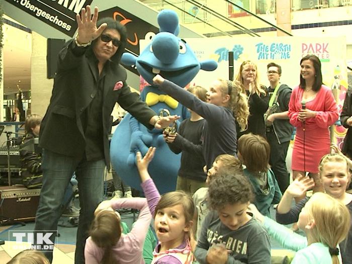 KISS-Bassist Gene Simmons umringt von Kindern einer Berliner Grundschule