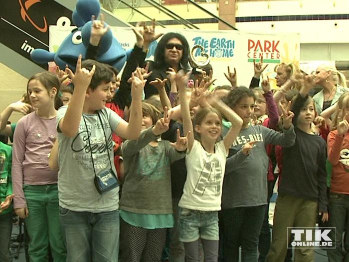 KISS-Bassist Gene Simmons rockt mit Kindern einer Berliner Grundschule
